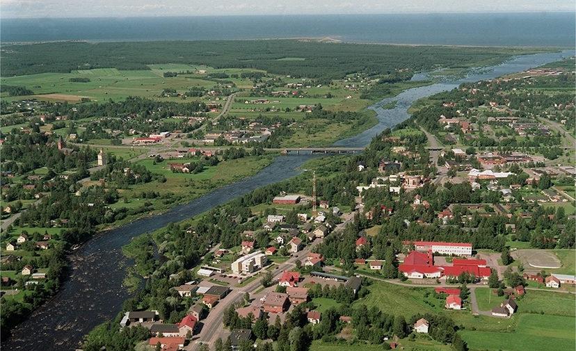 Kaupunki sijaitsee Kalajoen varrella Perämeren rannikolla