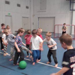 Lapset pelaa palloa