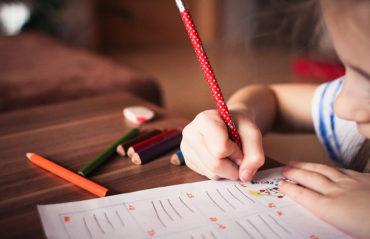 Peruskoultulainen läksyjen teossa