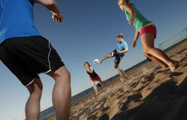 Beachfutista Hiekkasärkillä - Liikuntapalvelut luo edellytyksiä monenlaiseen liikkumiseen.