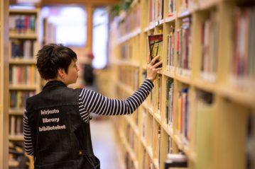 Kirjaston työntekijät tunnistaa kirjastoliivistä