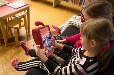 Himangan kirjaston tabletit lasten käytössä