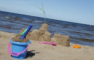 Kalajoelle rakennetaan uusi yhtenäiskoulu. Kuvassa hiekkalinnan rakentaminen.