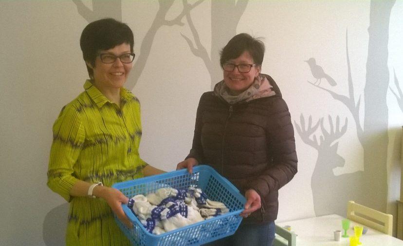 Mehtäkylän maa-ja kotitalousnaiset lahjoittivat villasukkia Kalajokisille vauvoille