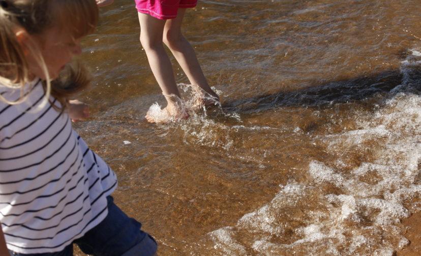 Lapset uimarannalla