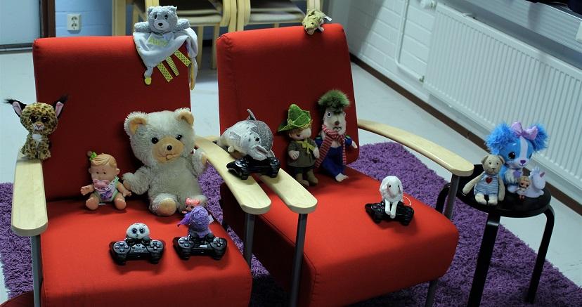 Lelujen yö -tapahtumaan osallistuneita leluja pelaamassa Himangan kirjaston pelihuoneessa