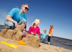 Lapsiperhe rannalla, kuva VIsit Kalajoki