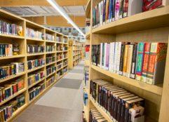 Pääkirjaston kirjahyllyjä