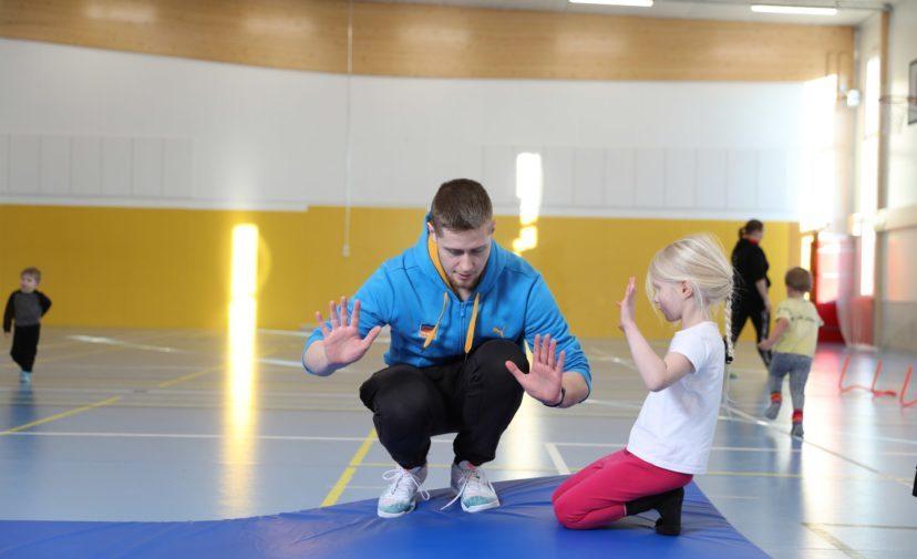 Mies opettaa tytölle kuperkeikan tekoa