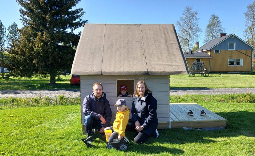 Parrin perhe vanhemmat ja kaksi lasta pian valmistuvan leikkimökin edustalla