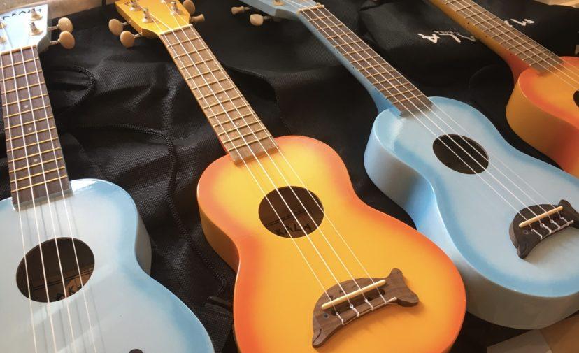 Sinisen ja oranssin värisiä ukulelekitaroita