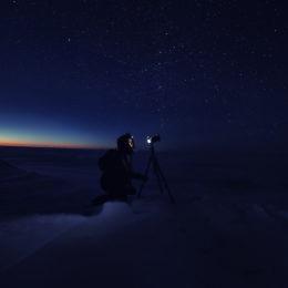 Henkilö kuvaamassa tähtitaivasta